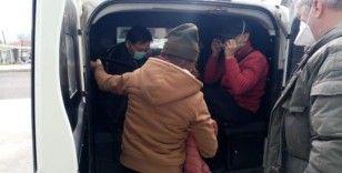 Kaçak göçmenleri donmak üzereyken polis kurtardı