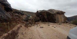 Depremin düşürdüğü kaya ulaşımı engelliyor
