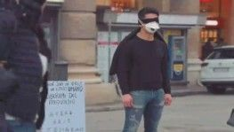 İtalya'da Çinli gençten virüs protestosu