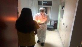 Sağlık personeli onu unutmadı, Çin'den tahliye edilen öğrenci doğum gününü karantina odasında kutladı