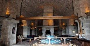 Tarlaların içinde 626 yıllık otel müşterilerini ağırlıyor