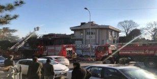 Kadıköy'de çıkan yangında 1 restoran ve 2 evin çatısı kül oldu