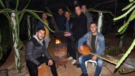 Mersin'de çiftçilerin sazlı türkülü zirai don nöbeti