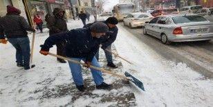 Kars Belediyesi kaldırım ve caddelerin karını temizliyor
