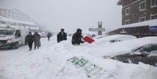 Uludağ'da tatilciler karlar altında kalan araçlarını böyle aradı