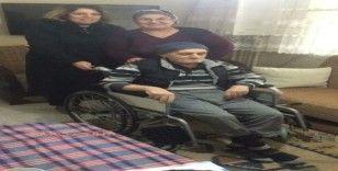 Yaşlı adam tekerlekli sandalyesine kavuştu