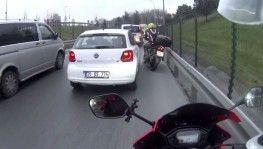İstanbul'da ilginç motosiklet kazası kamerada