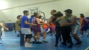 Basketbol maçında hakemlere tekmeli yumruklu saldırı kamerada