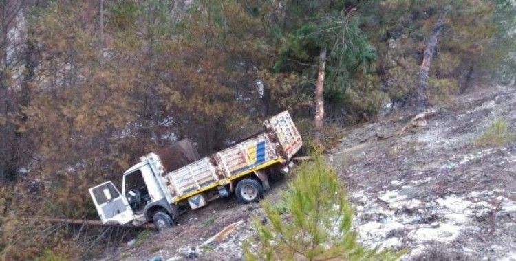Şarampole yuvarlanan kamyonette 4 kişi yaralandı