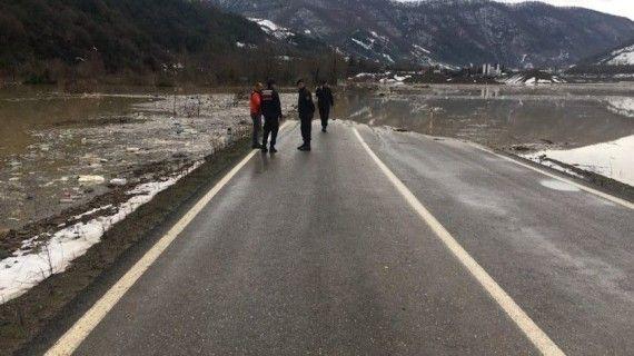 Sağanak yağmurla baraj yükseldi, yol ulaşıma kapandı