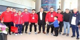 Avrupa Şampiyonasını üçüncü tamamlayan milli güreşçiler yurda döndü