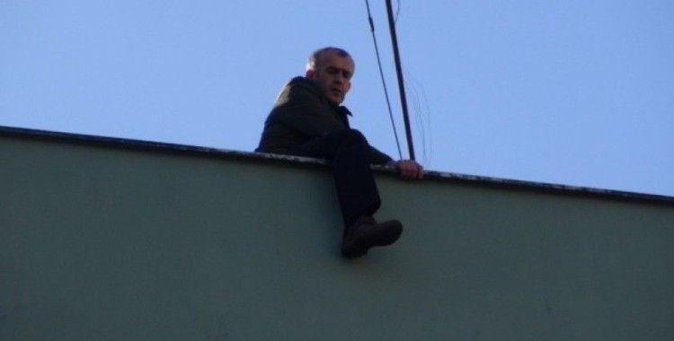 Çatıya çıkan şahıs intihardan vazgeçirildi