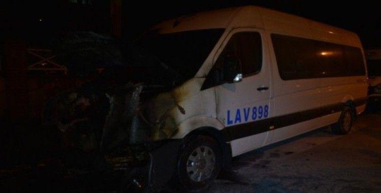 Esenler'de park halindeki bir minibüs alev alev yanarak kül oldu