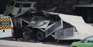 İzmir'de kamyon alt geçide sıkıştı