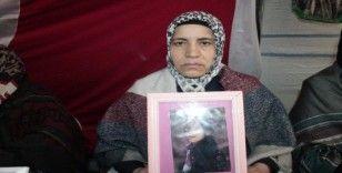 HDP önündeki aileler yazın sıcağında kışın soğuğunda evlat nöbetine devam ediyor