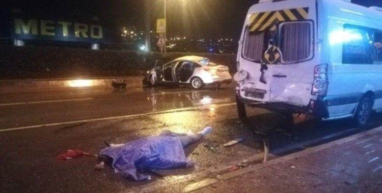 İzmir'de minibüse çarparak takla atan otomobil sürücüsü öldü