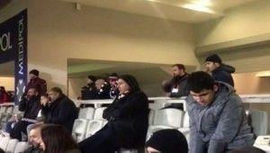 Görme engelli taraftara maçı anlatan polis memuru takdir topladı