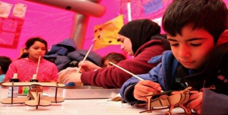 Depremzede çocuklara gönüllü öğrencilerinden destek