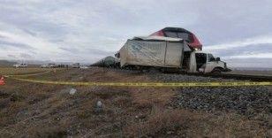 Tren ekmek yüklü kamyonete çarptı: 1 ölü