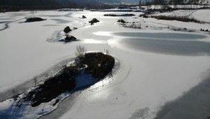 Yüzeyi buz tutan göl kartpostallık görüntüler oluşturdu