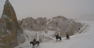 Turistler karla kaplı Kapadokya'yı at sırtında ve arazi araçlarıyla keşfediyor