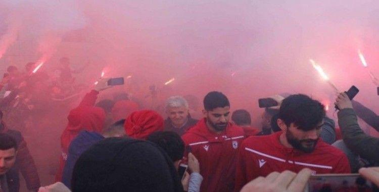 Lider Samsunspor'a havalimanında meşaleli karşılama