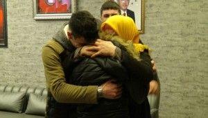HDP önünde eylem başlattı, 5 yıl sonra kızını kucakladı