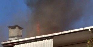 Şişli'de binanın çatısı alev alev yandı, vatandaşlar canlı yayın yaptı