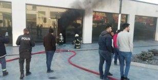 İş yerinde çıkan yangın paniğe neden oldu