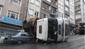 Gaziosmanpaşa'da devrilen İBB'nin asfalt kamyonu kaldırıldı