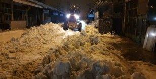 Tuşba Belediyesinin kar mesaisi gece de devam ediyor