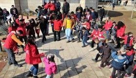 Gönüllüler, çocukların depremin etkisinden kurtulmasına aracılık ediyor
