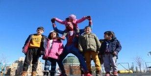 Örümcek Adam depremzede çocukları eğlendirdi