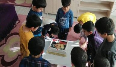 Çocuklar, Cumhurbaşkanı Erdoğan'ın doğum günü pastasını kesti