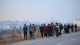 Mültecilerin sınıra yolculuğu akşam da devam etti