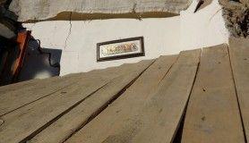 Yerle bir olan evde besmele tabelasının asılı olduğu duvar sağlam kaldı