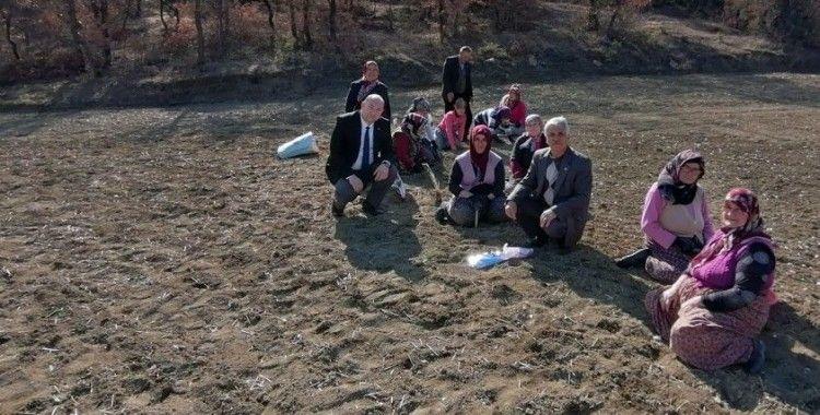 CHP'li Karakoç, tarlada çalışan kadınları ziyaret etti
