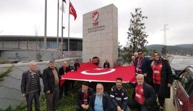 İstanbul'daki Kastamonulu vatandaşlar TFF önüne siyah çelenk bıraktı