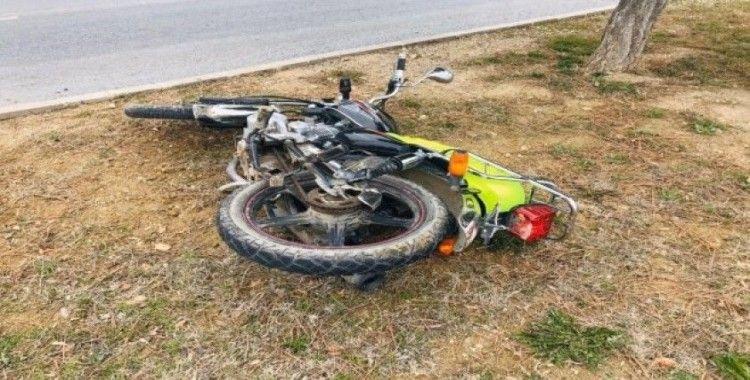 Motosiklet otomobile çarptı: 1 ölü, 2 yaralı