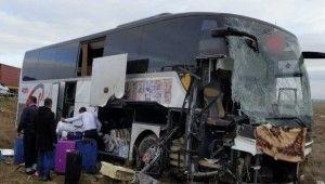 Aksaray'da bir yolcu otobüsü tıra çarptı