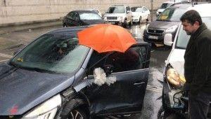 İstanbul'da kazazedeye şemsiyeli koruma