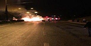 Duble yolda beton mikserine çarpan araç alev alev yandı