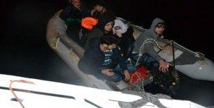 İzmir'de motoru bozulan bottaki 9 göçmen kurtarıldı
