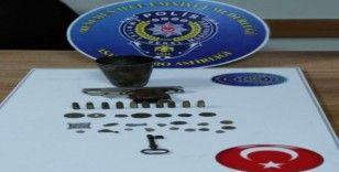 İzmir'de tarihi eser kaçakçıları yakalandı: 26 parça tarihi eser ele geçirildi