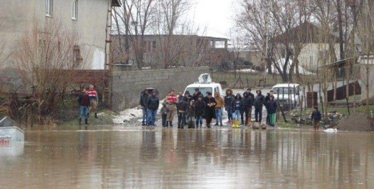 Muş'ta bir köy sel suları altında kaldı