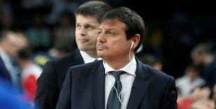 Ergin Ataman antrenmanı iptal etti, evinde oğluyla basketbol oynadı