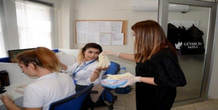 Kuşadası'nda belediye personeline maske ve eldiven dağıtıldı