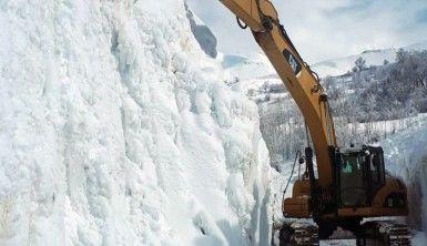 Kar kalınlığının 10 metreyi bulduğu çığ bölgesinde çalışma