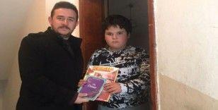 """""""Okuyan Kazanır"""" dedi çocuklara kitap hediye etti"""