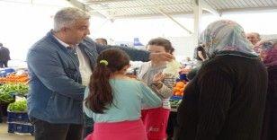 Belediye Başkanı Çalışkan, pazar esnafına eldiven dağıttı